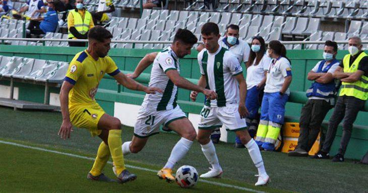 Javi Flores intenta avanzar con Berto Espeso encima como un jugador del Lorca.
