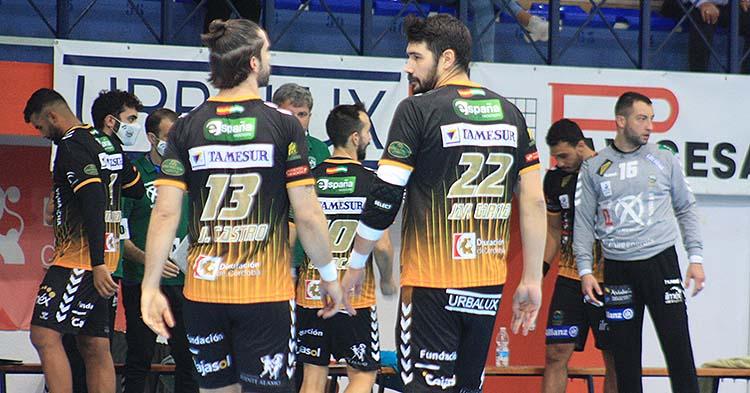 Javi García y Juan Castro la pasada semana antes de comenzar el partido ante Puerto Sagunto, con Adi y el resto de sus compañeros al fondo.