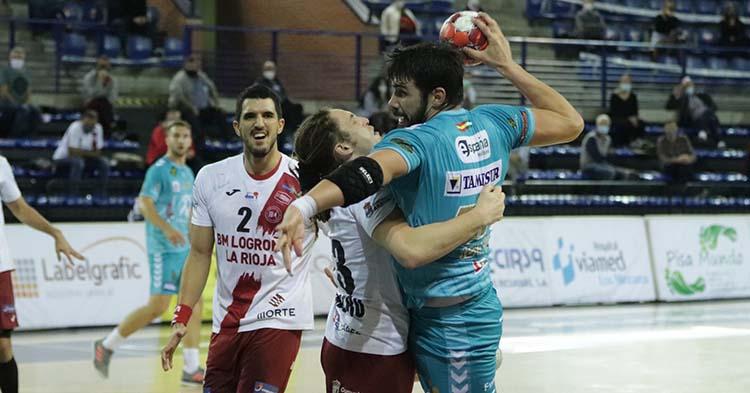 Javi García encarando la defensa del BM Logroño.