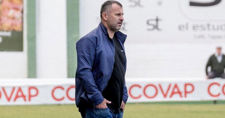 Javi Moreno siguiendo un partido de los suyos desde el área técnica. Foto: CD Pozoblanco