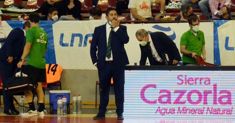 Josan, pensativo en el encuentro del Córdoba Patrimonio en Vista Alegre ante el FC Barcelona. Autor: Javier Olivar