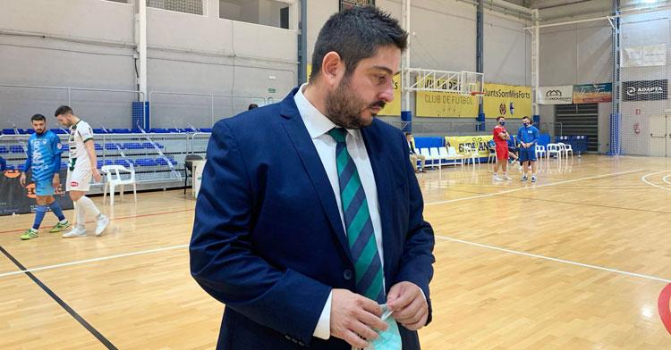 Josan González, meditabundo tras el empate de su equipo