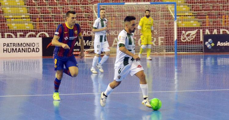Jesulito conduciendo el balón por delante de Sergio Lozano. Autor: Javier Olivar