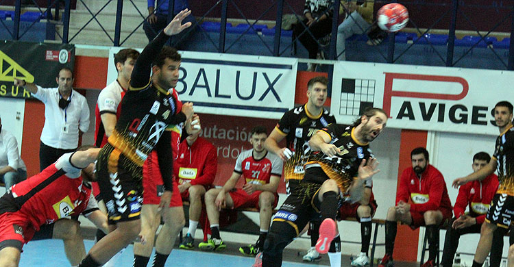 Juan Castro pierde el balón en un ataque ante al defensa del Bada Huesca