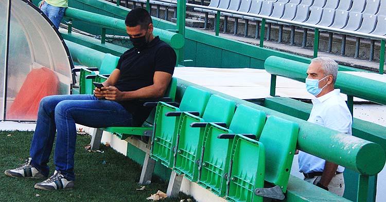 Juanito consultando su móvil y Miguel Valenzuela viendo la sesión de fotos de los dos últimos fichajes presentados, Mario Ortiz y Samu Delgado.