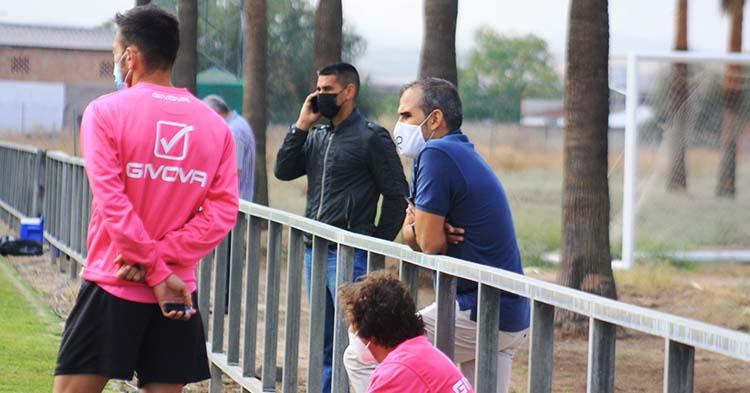 Juanito pegado al móvil con Carlos Valverde de espaldas, mientras siguen en el entrenamiento junto a Raúl Cámara y Rafa Sánchez.
