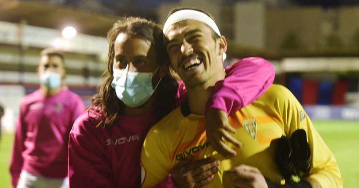 Mario Ortiz abrazando a Edu Frías, tras los puntos de sutura que recibió, al final del partido tras sumar tres valiosos puntos en Yecla.