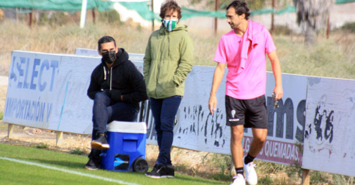 Miguel de las Cuevas abandonando la Ciudad Deportiva con Juanito y Raúl Cámara al fondo.