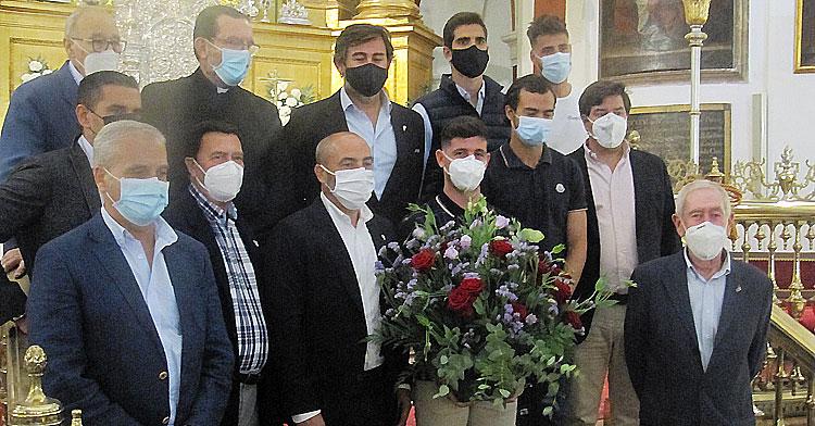Los capitanes y consejeros del Córdoba CF en el momento de la ofrenda floral a San Rafael.
