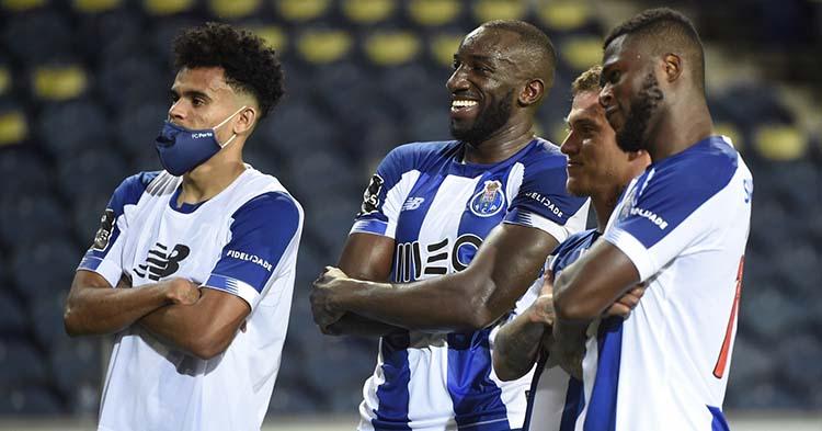 Varios jugadores del Porto sonrientes posando para el momento.Varios jugadores del Porto sonrientes posando para el momento.