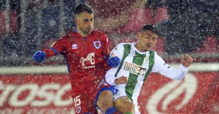 Alain Oyarzun jugando contra el Córdoba hace dos temporadas en Los Pajaritos de Soria bajo la nieve.