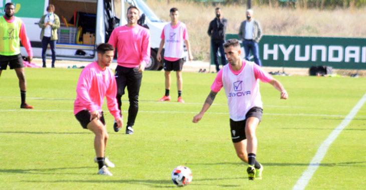Alain Oyarzun encara a Jesús Álvaro en el entrenamiento de este miércoles.