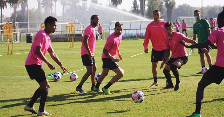 Alain Oyarzun, entre Mario Ortiz y Farrando, en su primera sesión de entrenamientos con el Córdoba CF.