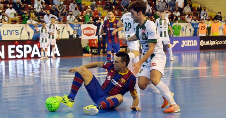 Pablo del Moral asediando al capitán azulgrana, Sergio Lozano. Autor: Javier Olivar