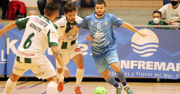 Pablo del Moral presionando al rival. Foto: Peñíscola FS