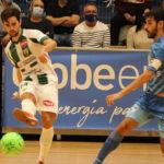 Pablo del Moral pasa el balón ante la llegada de un jugador del Peñíscola. Foto: Peñíscola FS