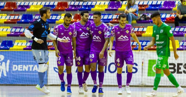 Los jugadores baleares, con Lolo Urbano y Barrón, celebrando uno de sus goles en Antequera. Foto: Palma Futsal