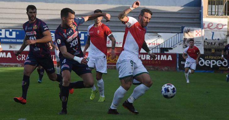 Piovacari se lleva el balón ante dos jugadores del Yeclano. Piovacari se lleva el balón ante dos jugadores del Yeclano.