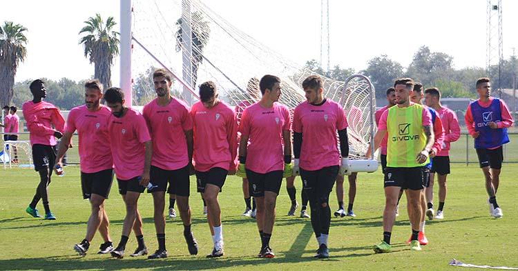 Los jugadores del Córdoba CF trasladando una de las porterías móviles a la conclusión del entrenamiento.