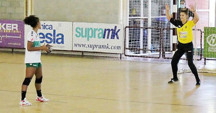 Alba González lista para intentar detener un siete metros. Foto: CBM Elche