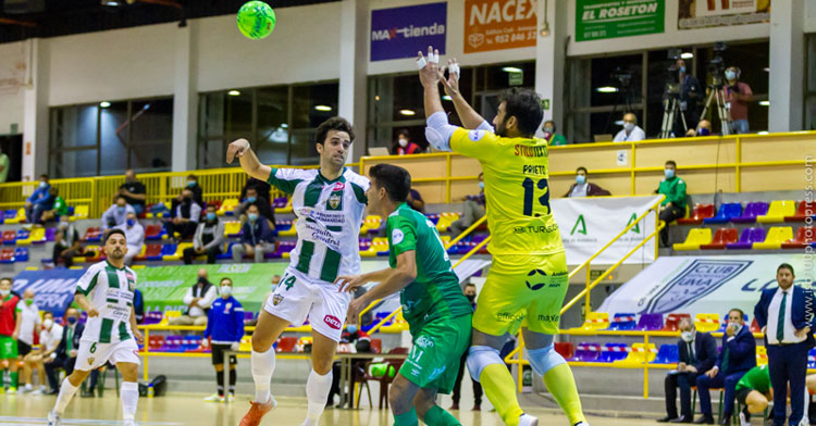 Prieto busca un balón por alto en Antequera. Foto: Mauri Conde
