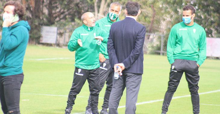 Raúl Cámara habla por el móvil mientras Sabas gesticula al fondo ante Javier González Calvo y varios componentes del cuerpo técnico.