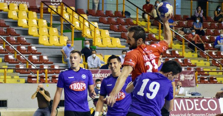 Alberto Requena entrando imparable para lanzar. Foto: Rafael Cerezo