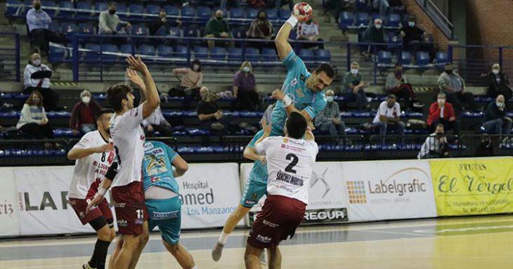 Joao Pedro se eleva por encima de un jugador del BM Logroño.