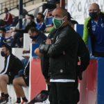 Juan Sabas siguiendo el partido del Córdoba en Yecla.