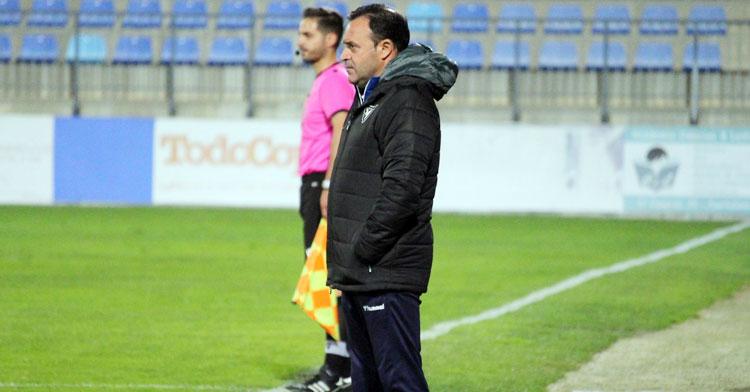 Salmerón siguiendo el partido desde su área técnica. Foto: UCAM Murcia