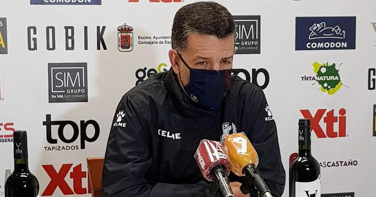 Héctor Sandroni atendiendo a los medios de Yecla. Foto: Yeclano Deportivo