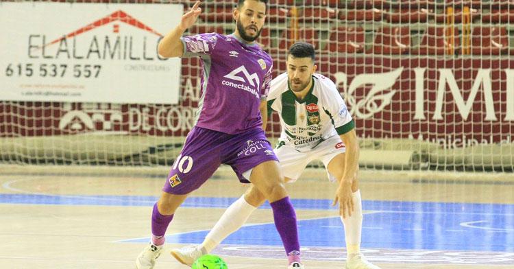Alberto Saura encima a un rival en el duelo del sábado contra Palma Futsal