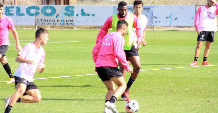 Djak Traoré intenta obstaculiza a Jesús Álvaro durante una acción del entrenamiento.