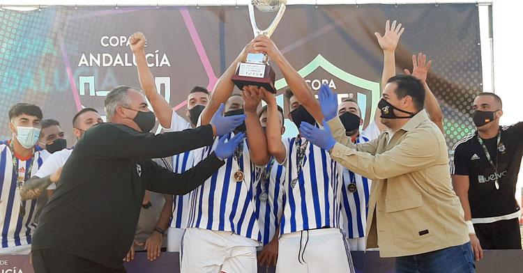 El Recre recibiendo el trofeo de campeón andaluz de la mano de Pablo Lozano