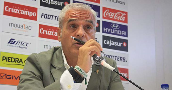 Miguel Valenzuela durante su valoración del mercado de fichajes en la sala de prensa de El Arcángel.