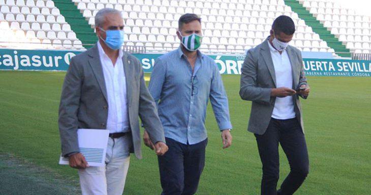 Miguel Valenzuela acompañado de David Ortega y Juanito antes de afrontar su valoración sobre el mercado de fichajes.
