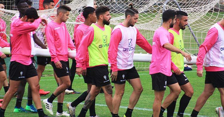 Xavi Molina a las espaldas de Samu Delgado junto al resto de sus compañeros trasladado una portería.
