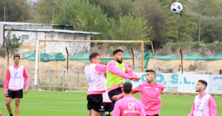 Xavi Molina salta con potencia para adelantarse al chaval Álex Sánchez.