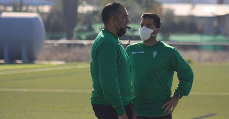 German Crespo con uno de sus ayudantes del cuerpo técnico del filial del Córdoba CF.