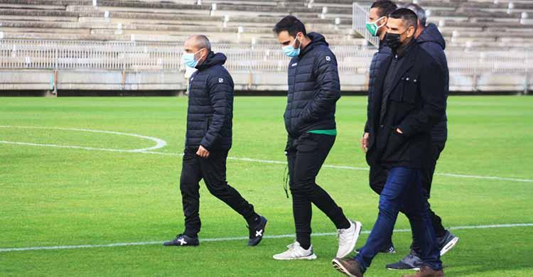 Sabas abandonando la Ciudad Deportiva junto a su cuerpo técnico y Juanito tras departir con el director deportivo durante unos 10 minutos en el que será su último entrenamiento con el Córdoba.