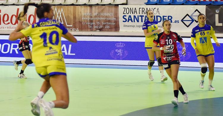Alba Sánchez, de rojinegro, en su partido 100 en la División de Honor. Foto: Balonmano Pereda