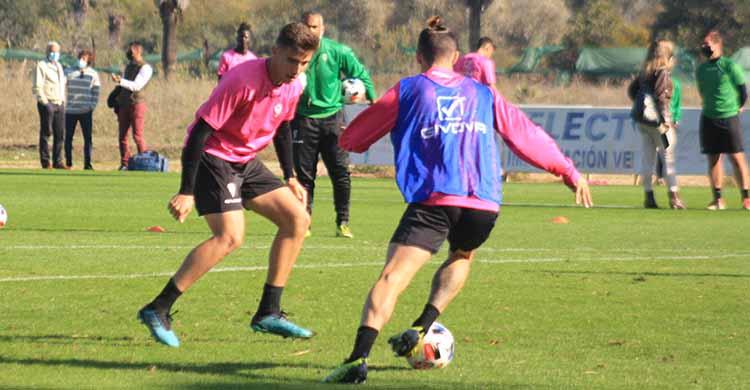 Alberto Del Moral cerrando a Samu Delgado en su posición de 'stopper' observado por Juan Sabas al fondo.