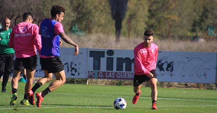 Alberto Salido intenta llegar al balón antes que Farrando con Sabas al fondo siguiendo el juego.