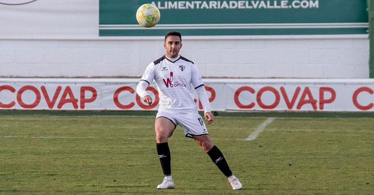 Antonio Lucena, tras golpear la bola en un pase en largo. Foto: CD Pozoblanco