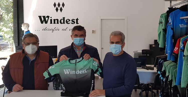 Juan Rodrigo Arenas junto a los representantes De la Peña Ciclista Egabrense.