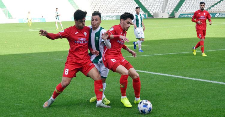 Un jugador del filial emparedado por dos futbolistas del Castilleja.