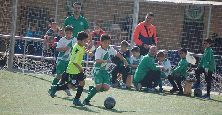 Los benjamines de Apademar y la Escuela de Juanín y Diego jugando en Fátima.