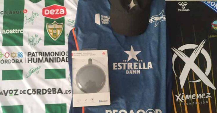 Las camisetas firmadas por las plantillas del Córdoba Patrimonio de la Humanidad, Javi Garrido y el Ángel Ximénez, más el altavoz de Ofertel.