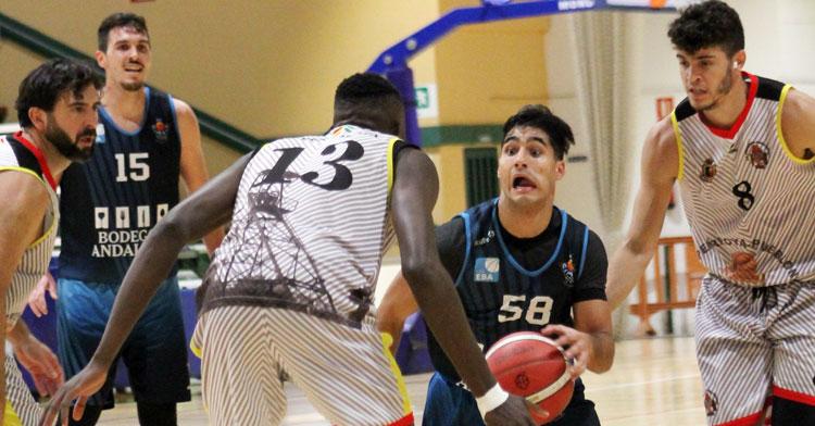 La defensa minera intenta cerrarse sobre el base Curro Martínez, máximo anotador del partido con 23 puntos. Foto: Deportedelaisla.com
