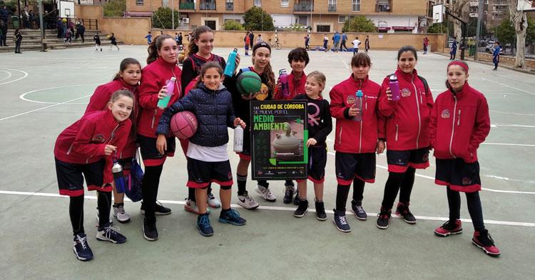 Uno de los equipos femeninos del Ciudad de Córdoba impulsando una de las campañas del club por el medio ambiente y el clima